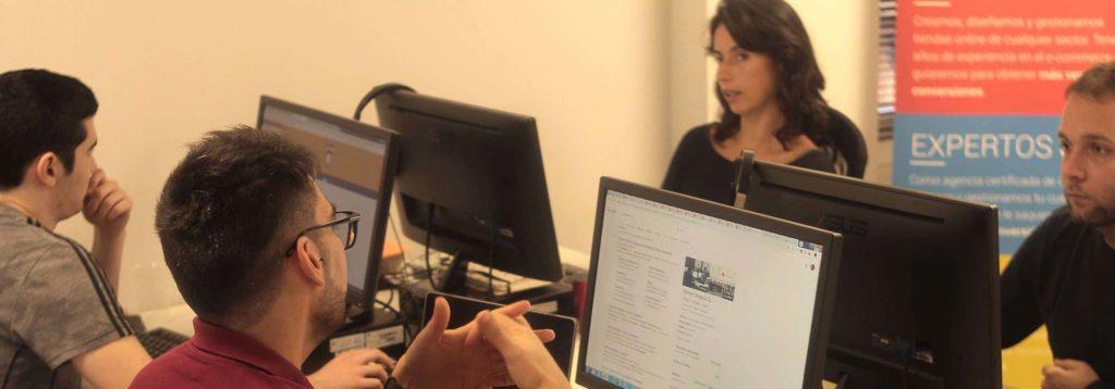 Una agència de desenvolupament web té molts perfils digitals