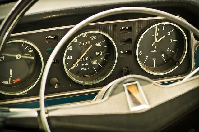 cuadro de mandos de un coche, símil con KPI's