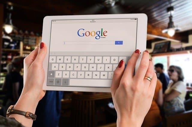 usuario haciendo búsqueda en google